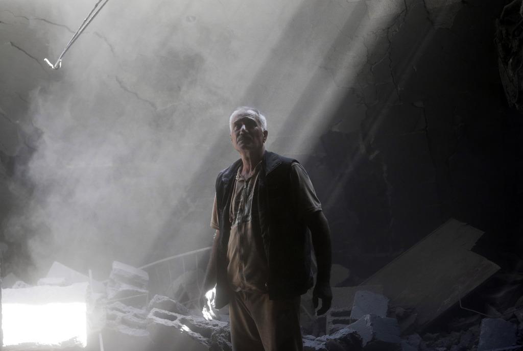 Ein Palästinenser in seinem zerstörten Haus, nördlicher Gaza-Streifen (AP Photo/Lefteris Pitarakis)