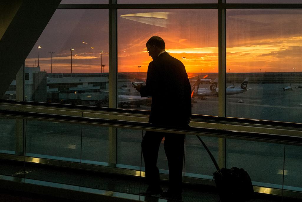 Reisender am Flughafen von Denver, Col. USA (AP Photo/J. David Ake)