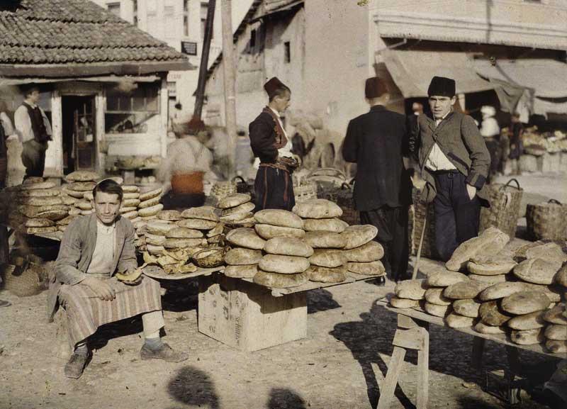 Albert Kahn, Les Archives de la planète. Auguste Leon: Bosnien-Herzegowina, Sarajevo, Brothändler auf dem Markt. 15. Oktober 1912 © Musée Albert-Kahn, Departement des Hauts-de-Seine