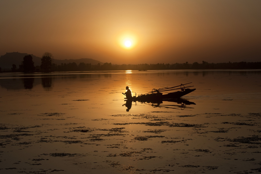 Fischer auf dem Dal See in Srinagar, Indien (Keystone/AP Photo/Dar Yasin)