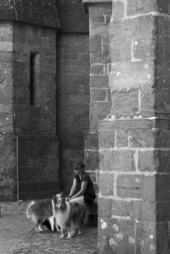 Abb. 13: ´Junge Frau mit Hunden im touristischen Carcassonne´ (Quelle: Eigenes Portfolio, 2009)