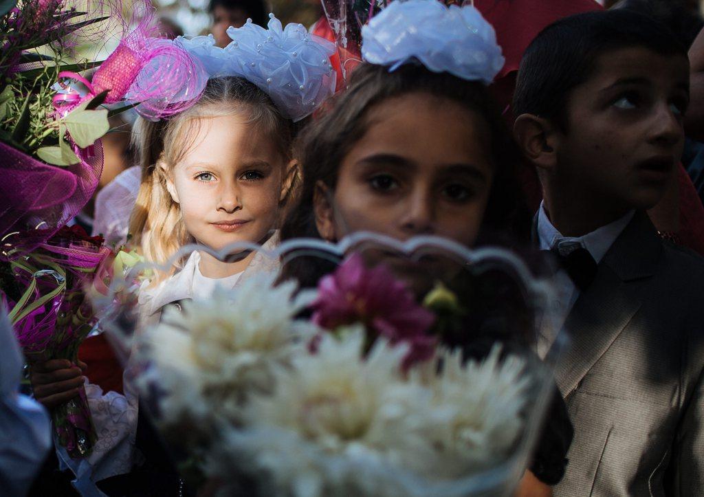 Schulbeginn mit Blumen in Slaviansk, Ukraine, EPA/ROMAN PILIPEY