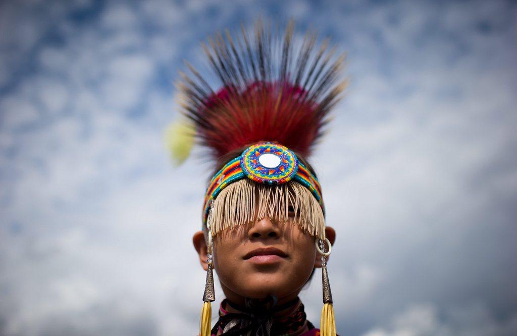 Junge bei einem Pow-Wow-Fest der Jugend der Sqamish-Nation, Nord-Vancouver, Kanada (AP Photo/The Canadian Press, Darryl Dyck)