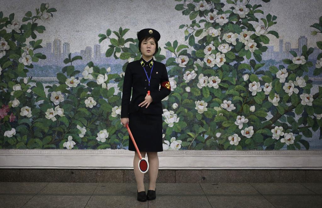 Schaffnerin in der U-Bahn von Pjöngjang, Nordkorea  (AP Photo/Wong Maye-E)