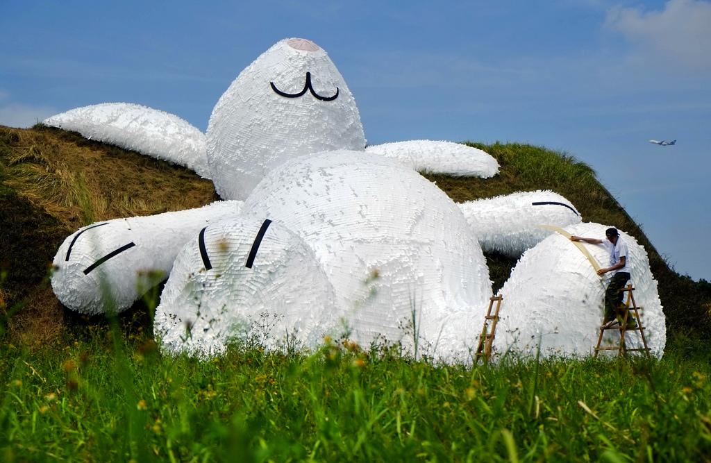 25 Meter großer weißer Hase, Skulptur des holländischen Künstlers Florentijn Hofman in Taoyuan, Taiwan (AP Photo/Wally Santana)