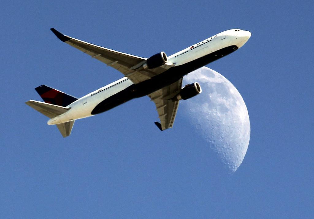 Halbmond und Flugzeug, nahe Los Angeles, USA  (AP Photo/ Nick Ut )