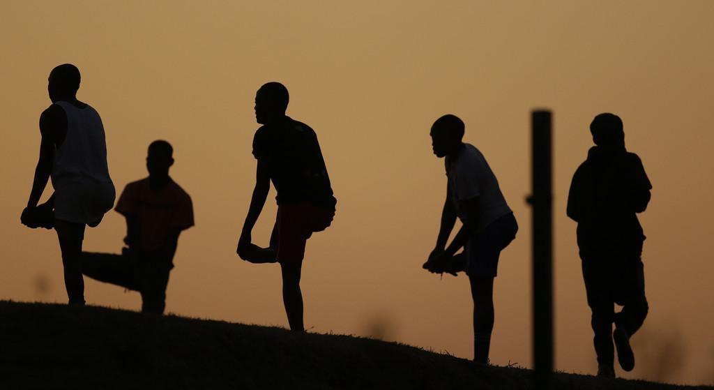Aufwärmen vor einem Fußballspiel in Soweto, Südafrika (Keystone/AP Photo/Themba Hadebe)