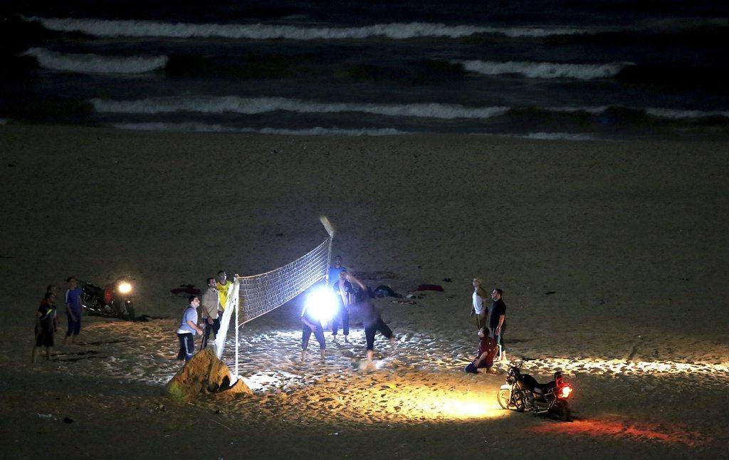 Beachvolleyball im Schein der Motorradscheinwerfer, Gaza-Streifen, Palästina, EPA/MOHAMMED SABER