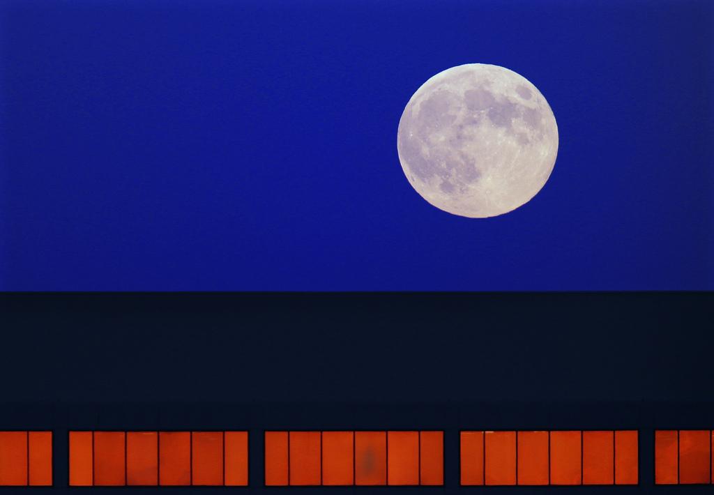 Mond über einem Bürogebäude, Springfield, Ill., USA . (AP Photo/Seth Perlman)