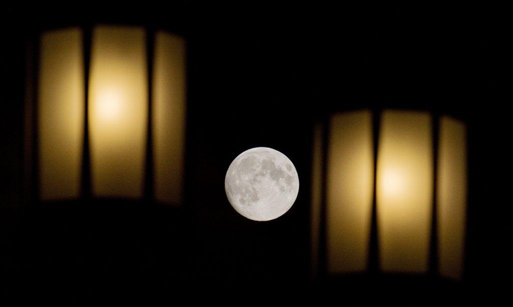 Mond zwischen Straßenlampen, Hannover, D,  EPA/JULIAN STRATENSCHULTE