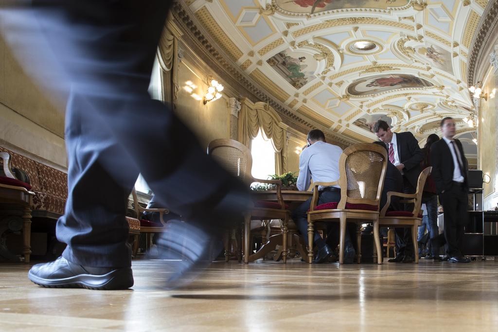 Diskussionen und Betriebsamkeit in der Wandelhalle des Bundeshauses in Bern, Schweiz (Keystone/Peter Klaunzer)