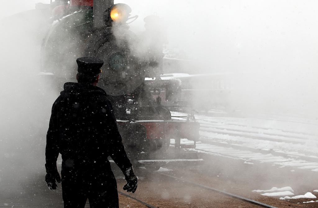 Dampf und Schnee umspielen einen historischen Zug in Hill City, USA (Keystone/AP Photo/Chris Huber)