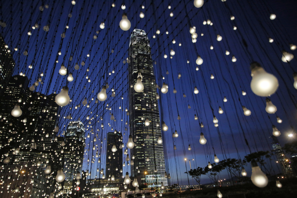 Lichter in der Stadt: Installation in Hongkong (AP Photo/Vincent Yu)