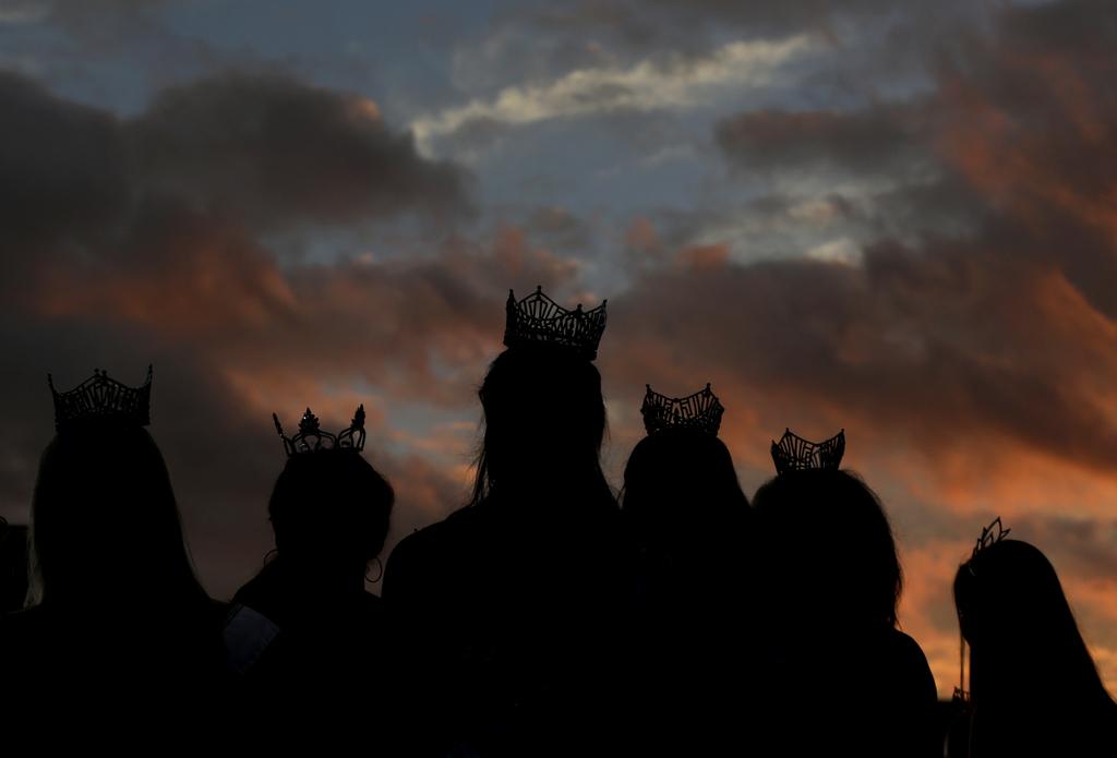 Junge Frauen mit Schönheitsköniginnen-Kronen vor der Wahl zur Miss America, Atlantic City, USA (AP Photo/Julio Cortez)