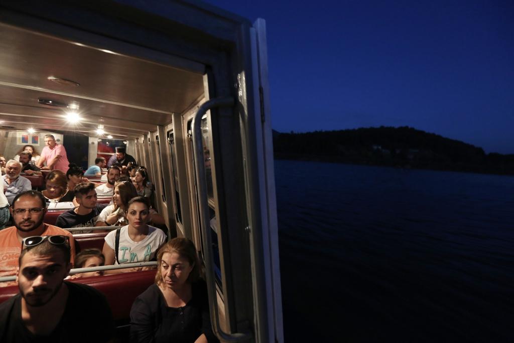 Touristen in einer Fähre, Ioannina, Nordwest-Griechenland  (AP Photo/Thanassis Stavrakis)