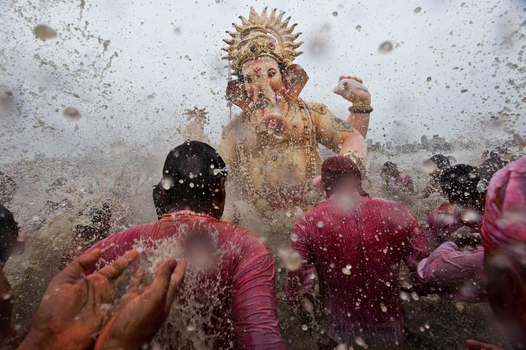 Hinduistische Zeremonie in Mumbai, Indien (AP Photo/Bernat Armangue)