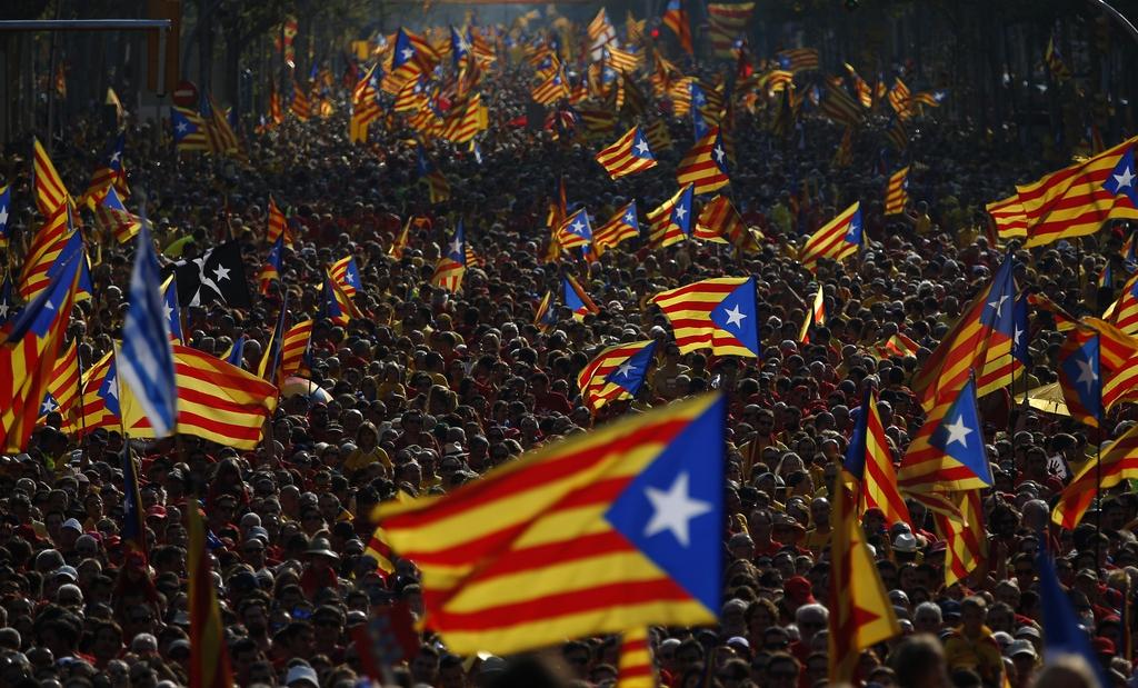 Bunte Fahnen: Demonstration für die Unabhängigkeit Kataloniens, Barcelona, Spanien   (AP Photo/Emilio Morenatti, File)