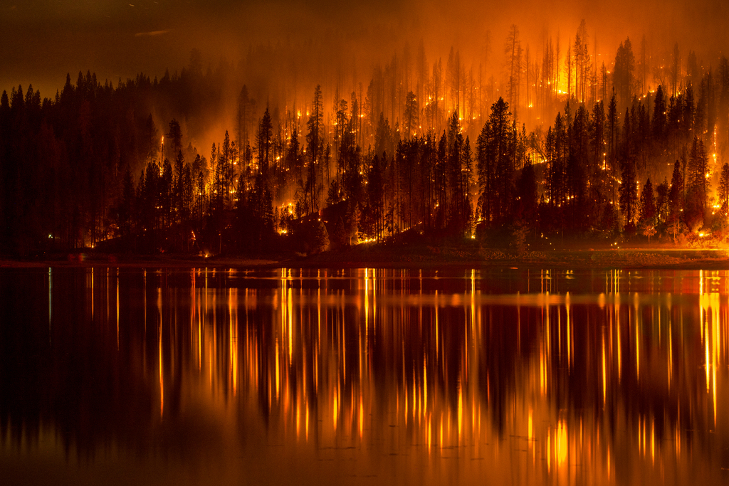 Waldbrand und Spiegelung in einem See, Bass Lake, Kalifornien, USA (AP Photo/YosemiteLandscapes.com. Darvin Atkeson )