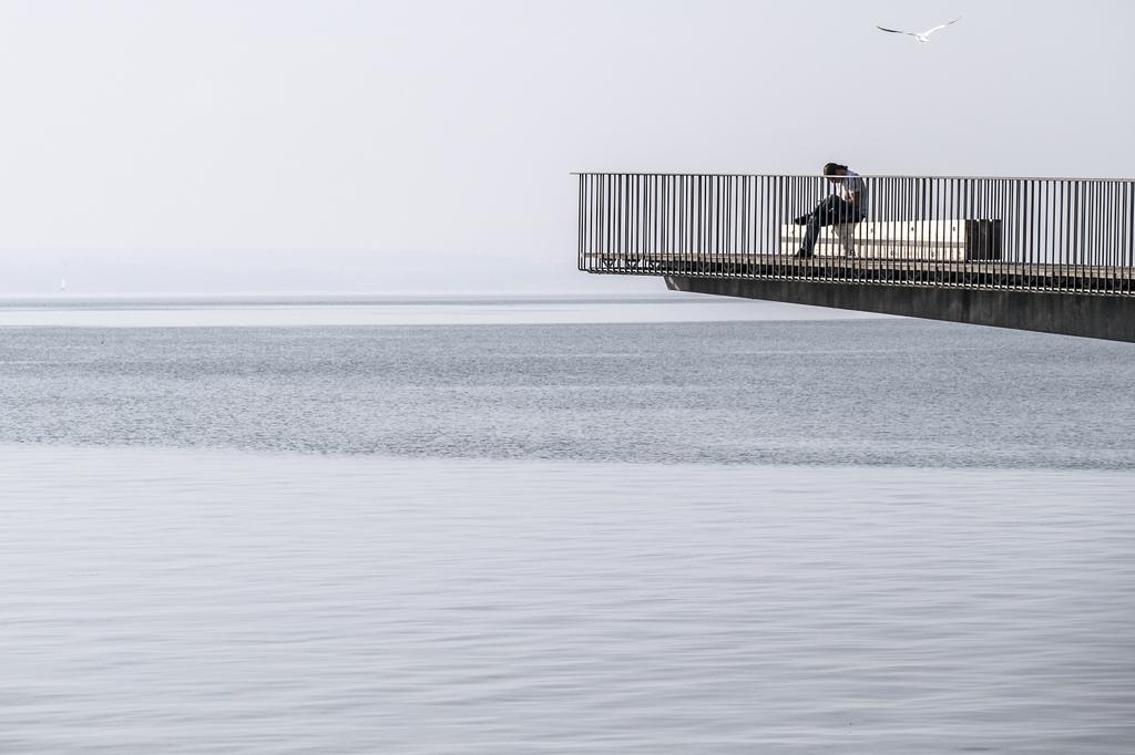 Lesen am See in Neuchatel, Schweiz (Keystone/Peter Klaunzer)