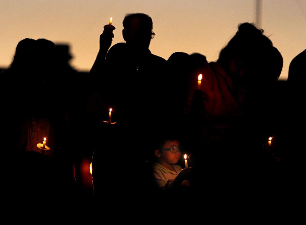 Wache für die Opfer der Schießerei an einer Schule, Bell, Florida, USA (AP Photo, The Gainesville Sun, Matt Stamey)