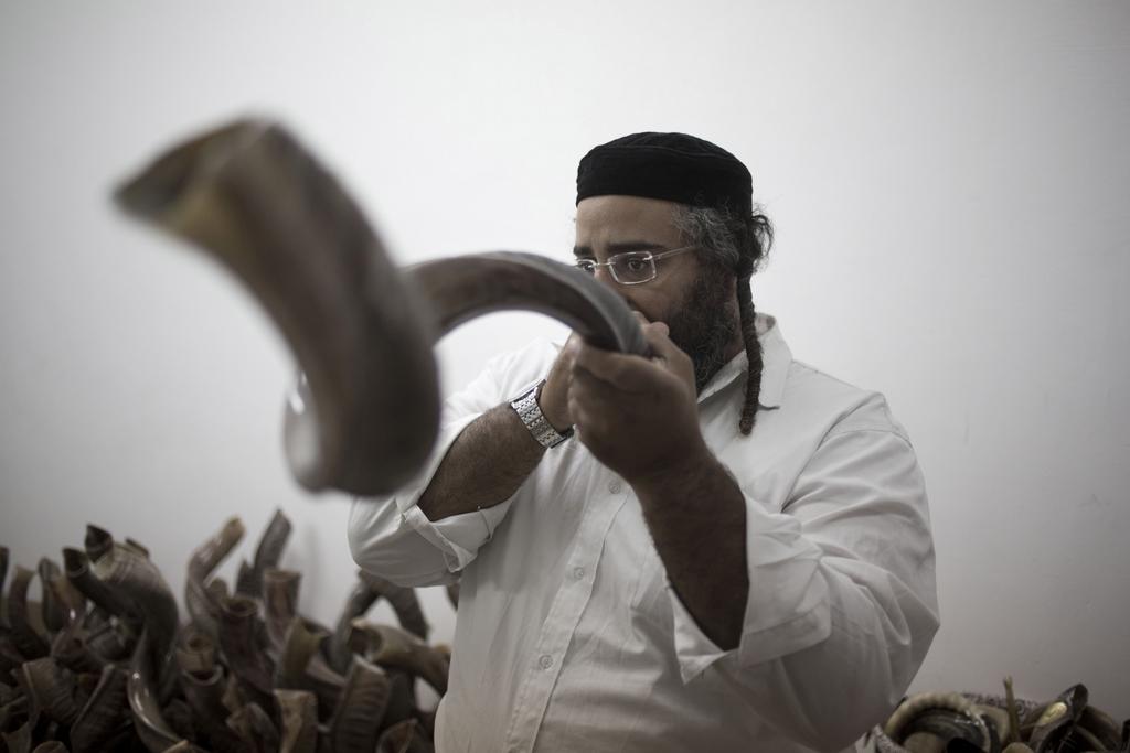 Blasinstrument aus dem Horn eines Schafbocks (AP Photo/Ariel Schalit)