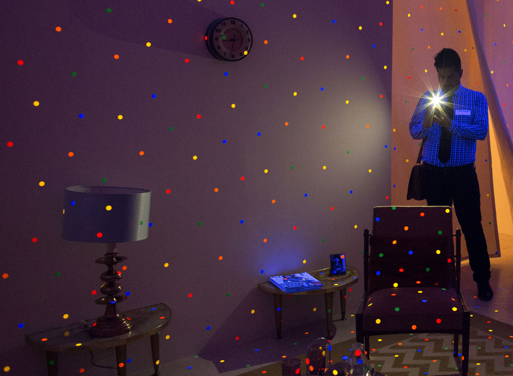 Ein Reporter fotografiert eine Lichtinstallation in einer Ausstellung im Mexiko-Stadt (AP Photo/Rebecca Blackwell)
