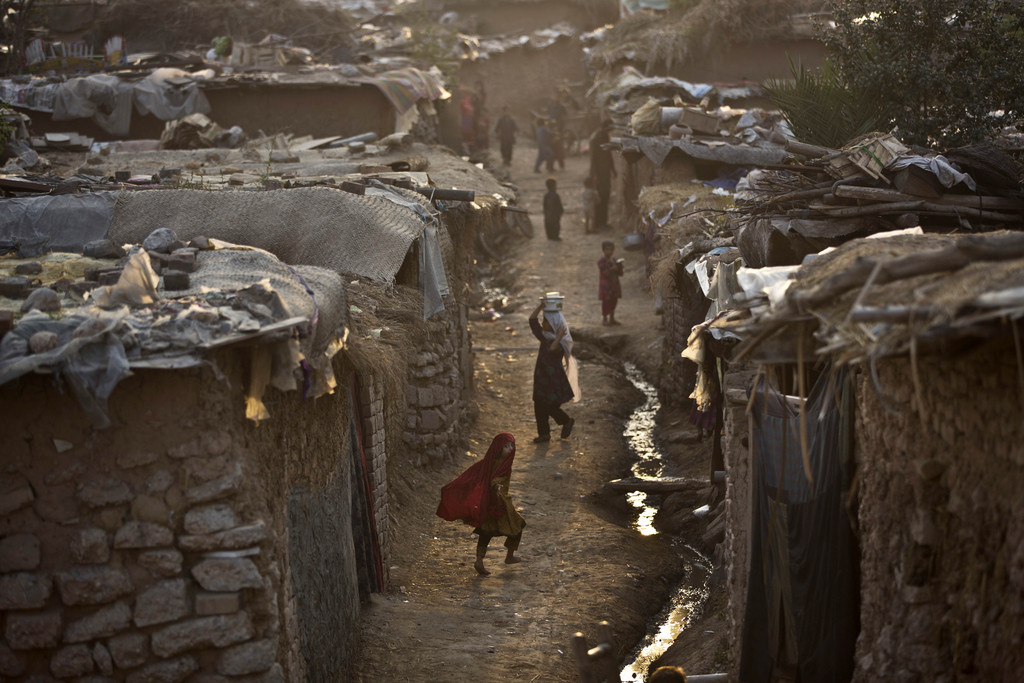 Morgens in einem Slum, Islamabad, Pakistan  (AP Photo/Muhammed Muheisen)