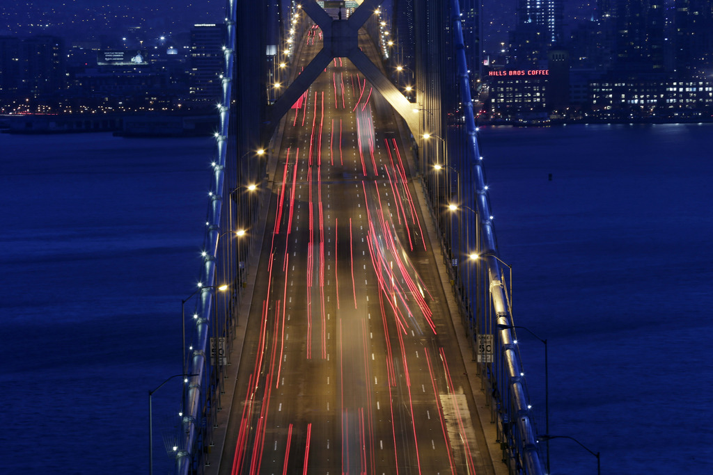 Abendliche Rushhour auf der Oakland Bay Bridge in San Francisco mit langer Belichtungszeit, USA (AP Photo/Marcio Jose Sanchez, File)