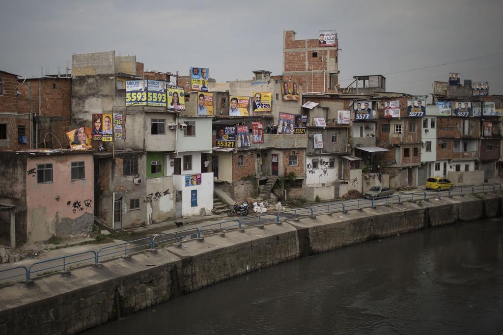 Ansicht eines mit Wahlplakaten dekorierten Armenviertels in Rio de Janeiro, Brasilien (AP Photo/Felipe Dana)