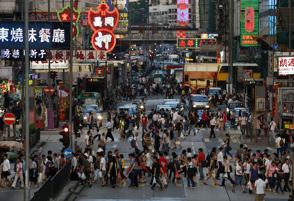 Rushhour in Hongkongs Einkaufsviertel, China (AP Photo/Kin Cheung, File)