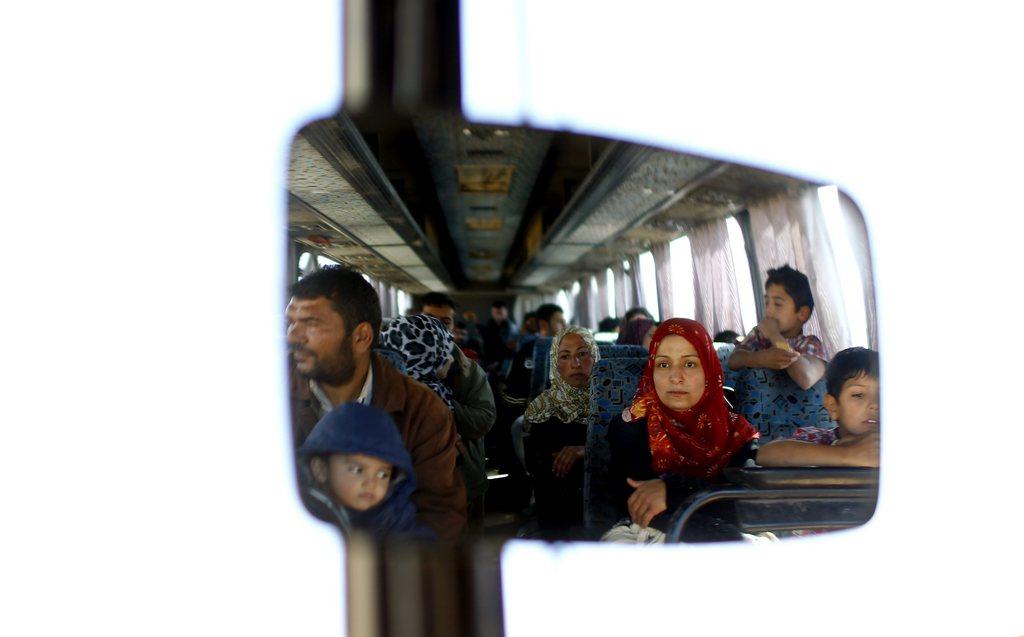 Syrische Flüchtlinge im Rückspiegel eines Busses, nahe Sanliurfa, Türkei, EPA/SEDAT SUNA