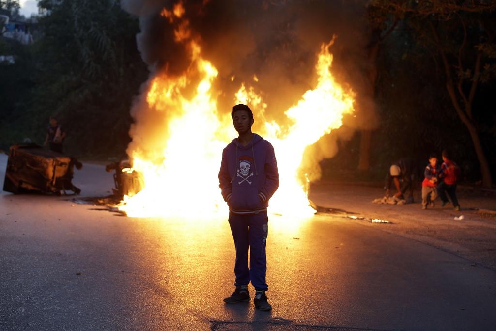 Protestfeuer von Roma in Athen, die gegen den Abriss ihres Lagers protestieren, Griechenland (AP Photo/Thanassis Stavrakis)