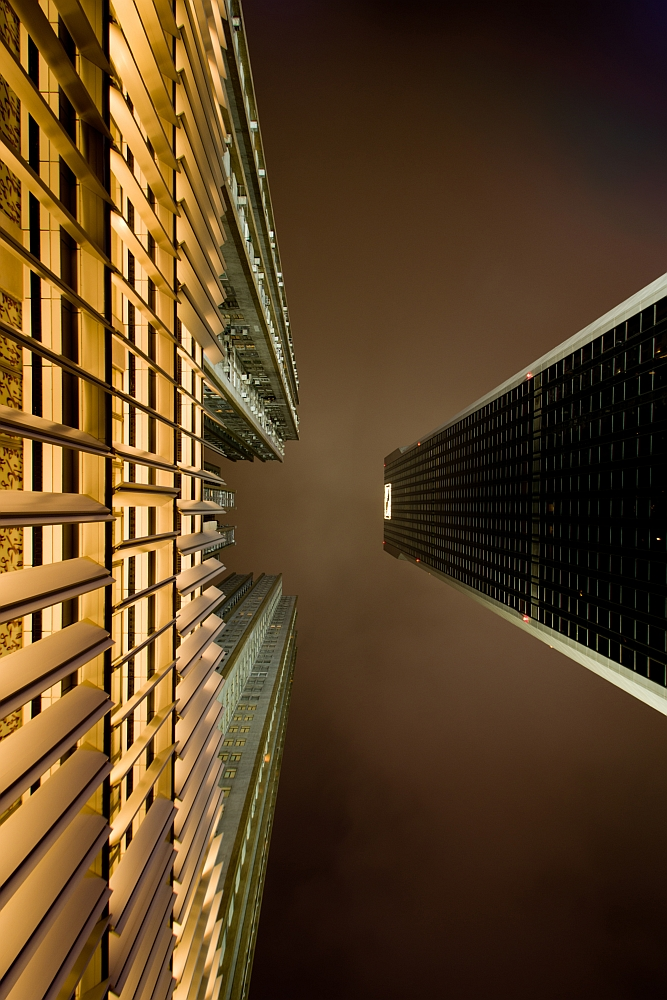 Zwei Fassaden in Hong Kong gegen den Nachthimmel