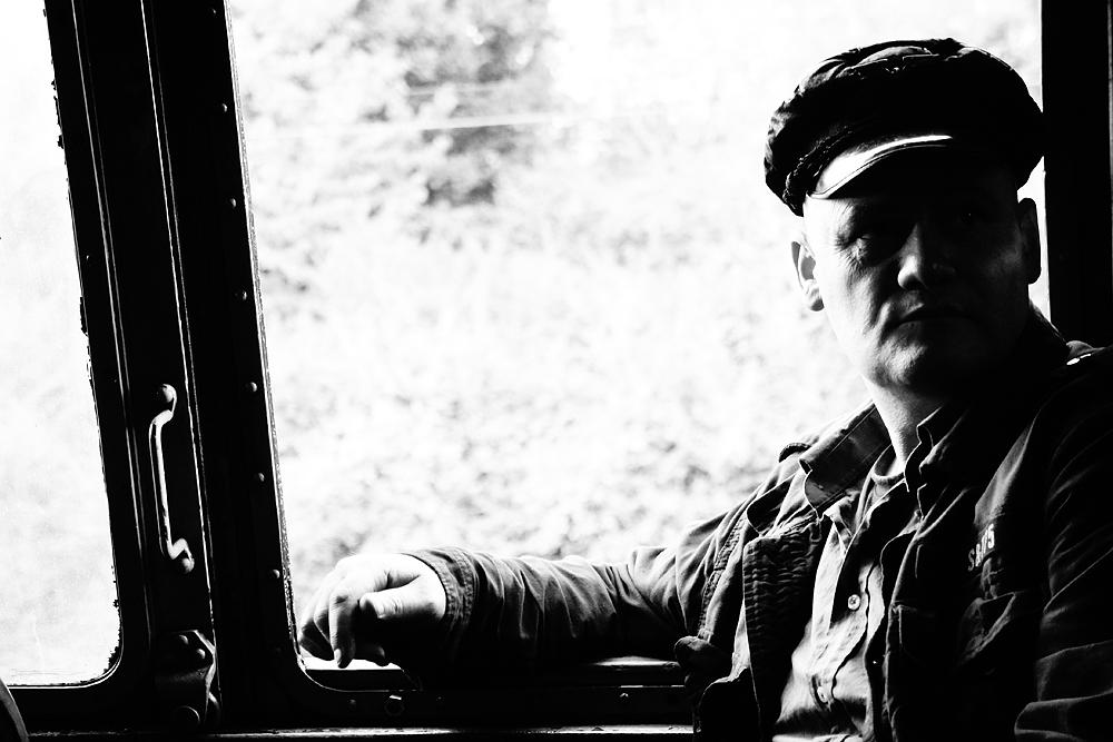 Dampflokführer in Schwarz-weiss fotografiert