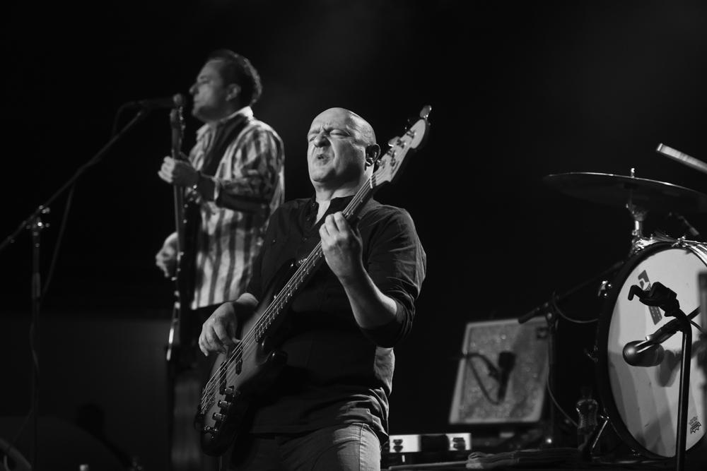 «Playing Bass»: Bühnenaufnahme mit zuviel Raum