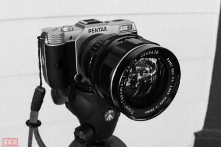 Digitale Pentax Q7 mit M42-Objektiv (flickr Creative Commons)