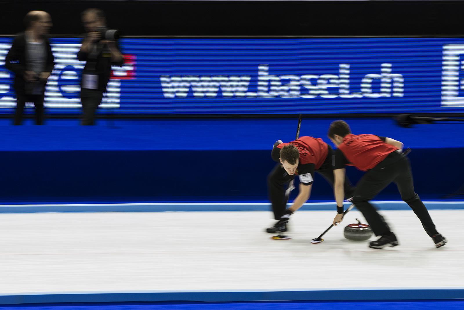 Zwei Curling-Spieler auf dem Eis. Nikon D800 mit 210mm bei 1/8s und Blende 8, ISO400. © Guy Goetzinger