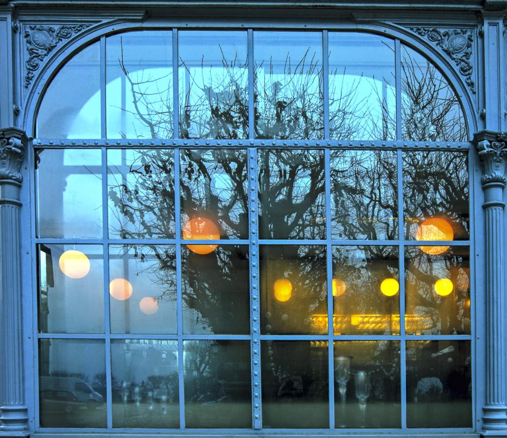 Fotografie von Spiegelungen in einem blauen Fenster