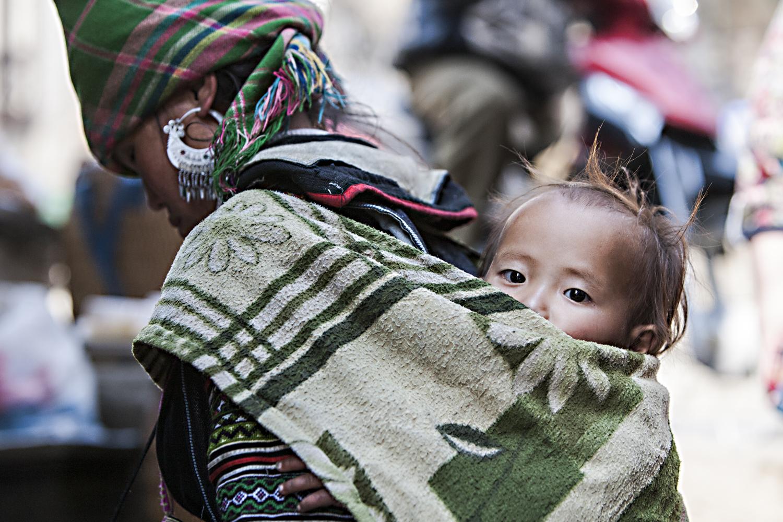 Bild 3: Hmong-Frau in Tracht mit Kleinkind, Vietnam 2014 - (c) Matthias Schlindwein