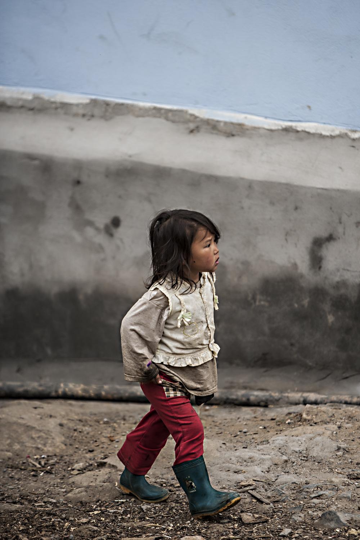 Bild 4: vietnamesisches Mädchen erkundet seine Umgebung, Vietnam 2014 - (c) Matthias Schlindwein