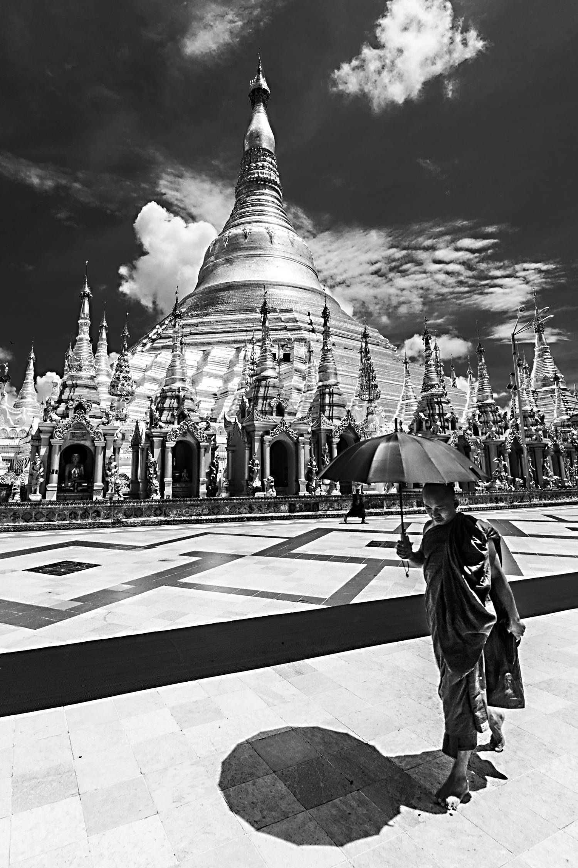 Bild 6: Buddhistischer Mönch vor der Shwedagon Pagode, Myanmar 2015 - (c) Matthias Schlindwein