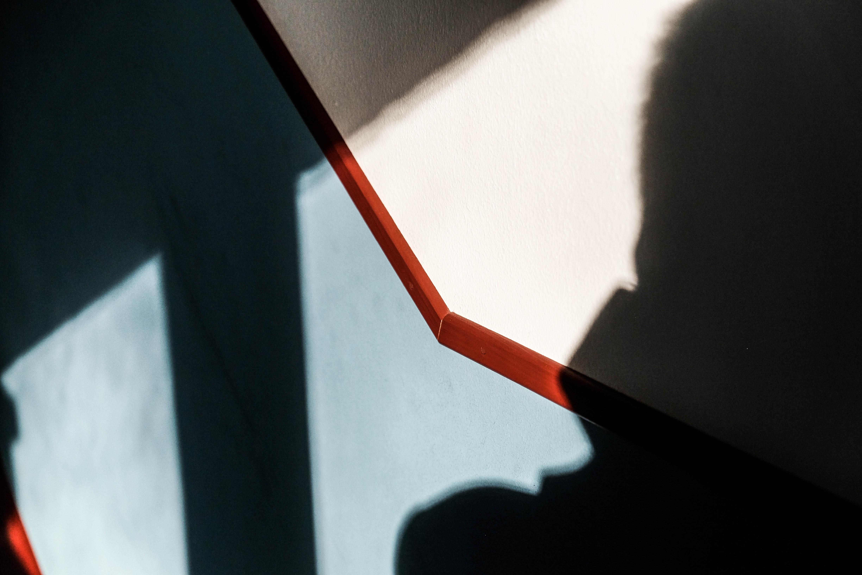 Mann mit Kamera in einem Treppenhaus an einem Sonntagnachmittag - (c) Michael Gündling