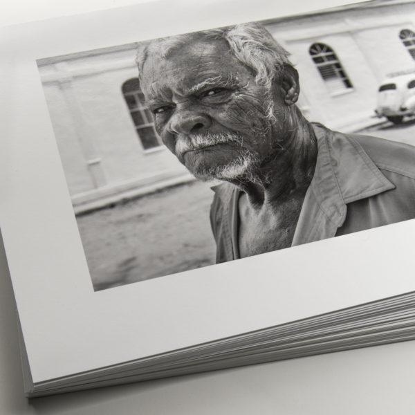 Eine lose Sammlung erstklassiger Prints in Passepartouts in einer Archivbox ergibt ein ansehliches Portfolio. © theimageflow