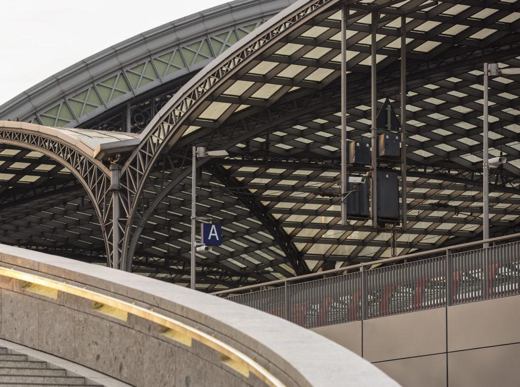 Foto des Kölner Bahnhofs zurückgedreht.