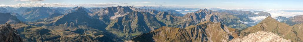 Ein klassisches Gipfelpanorama vom Großen Widderstein im Allgäu, Brennweite 38 mm. © Dietrich Kunze