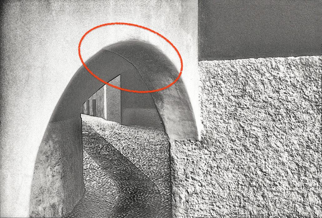 Das Geheimnis der Aufnahme: Die Beziehung dieser drei Flächen zueinander ist nicht erkennbar, weil sie im Schatten versteckt wird. Also ergänzt unser Hirn mit einem nahtlosen Übergang, den es so nicht gibt.