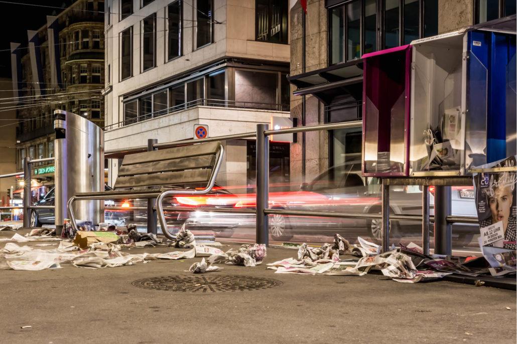 Nacht in Zürich, Zeitungen auf der Strasse. Canon 700D, f/16, ISO800, 35mm, 5 Sekunden, ISO 800, © Thomas Schiefke