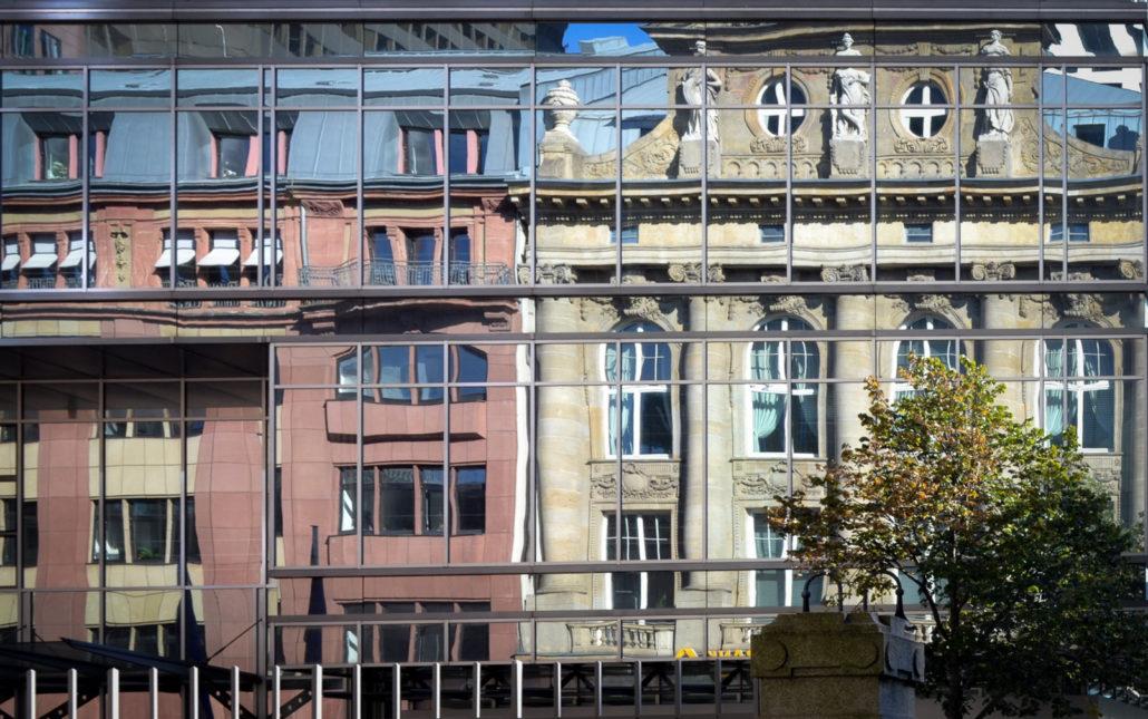 fSpiegelden Glasfassade, frontal fotografiert