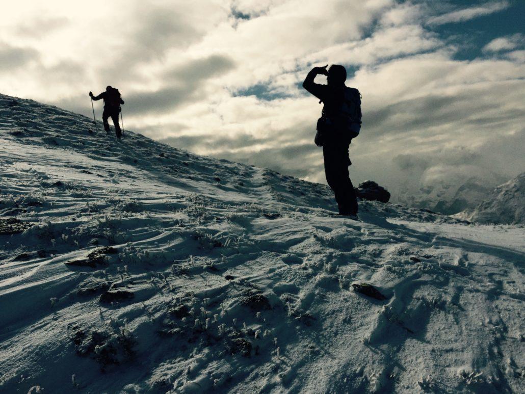 Fotografie einer Bergwanderung mit Schnee