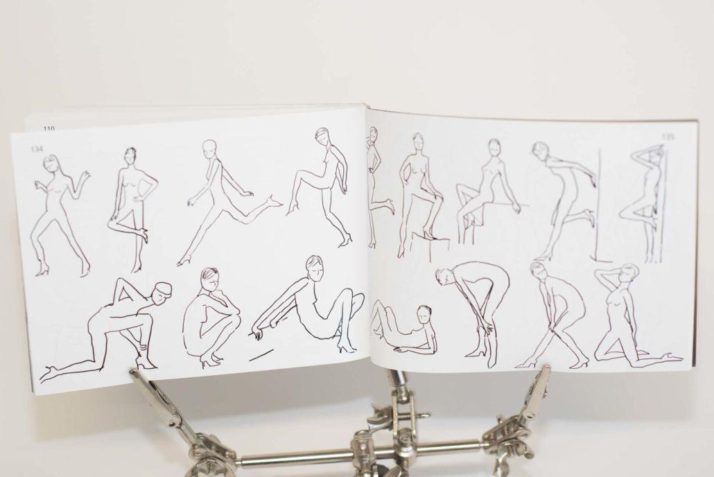 Naja: Fingerzeig für Posen, die das Modell einnehmen kann...